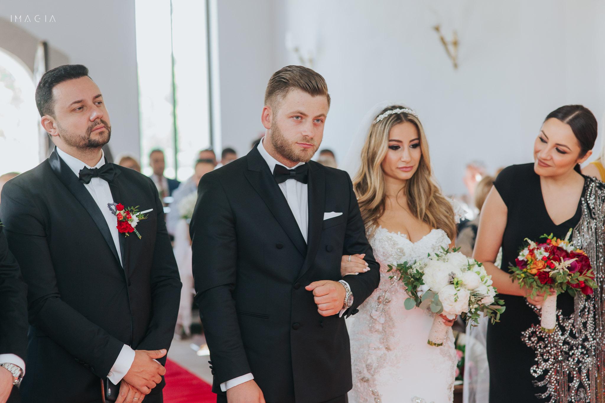 Mire și mireasă la ceremonia religioasă la capela de la Sun Garden în Cluj-Napoca unde Andra este nașă