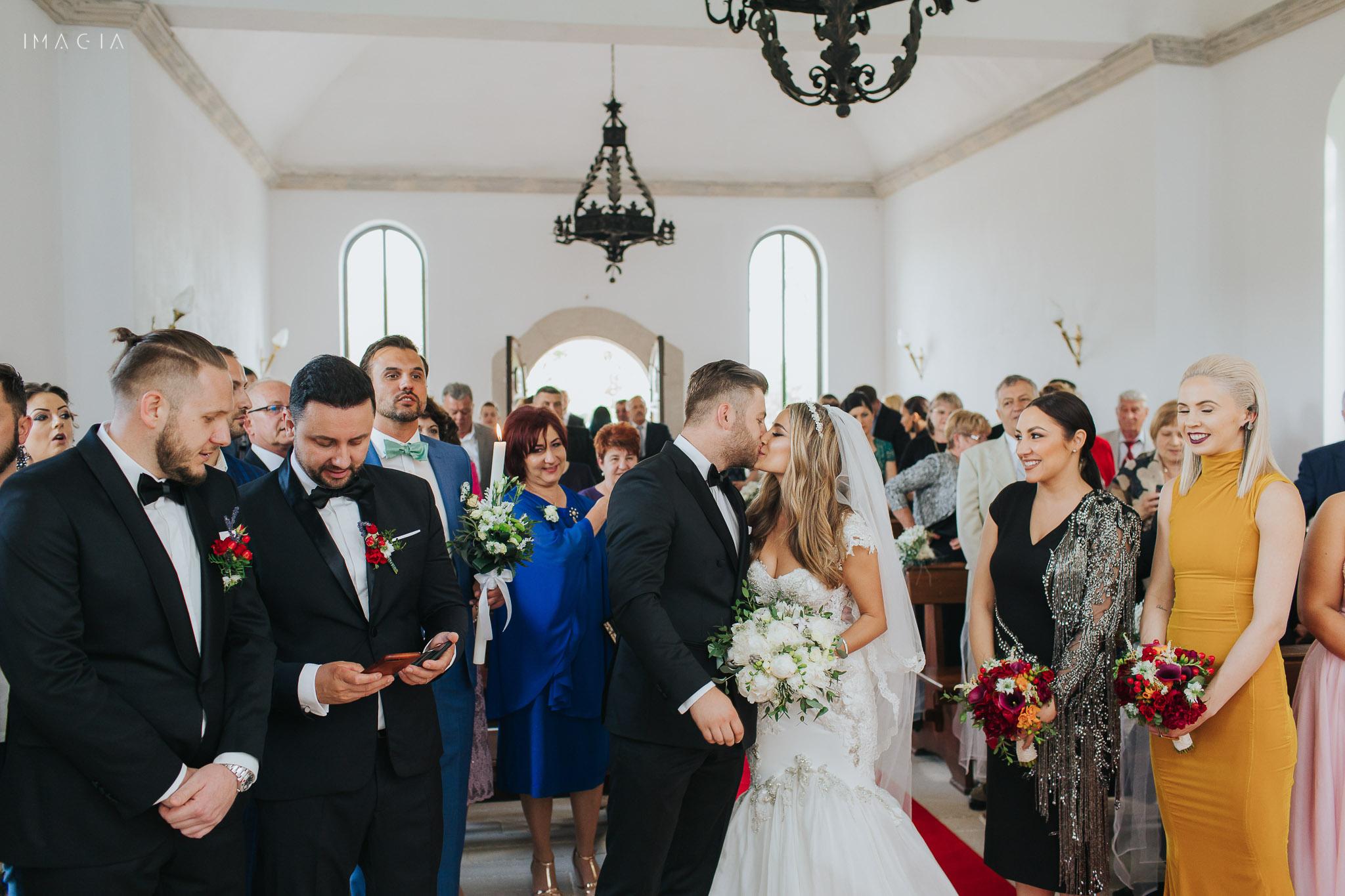 Mire și mireasă la ceremonia religioasă la capela de la Sun Garden în Cluj-Napoca