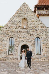 Mire și mireasă ieșind din capela de la Sun Garden din Cluj-Napoca