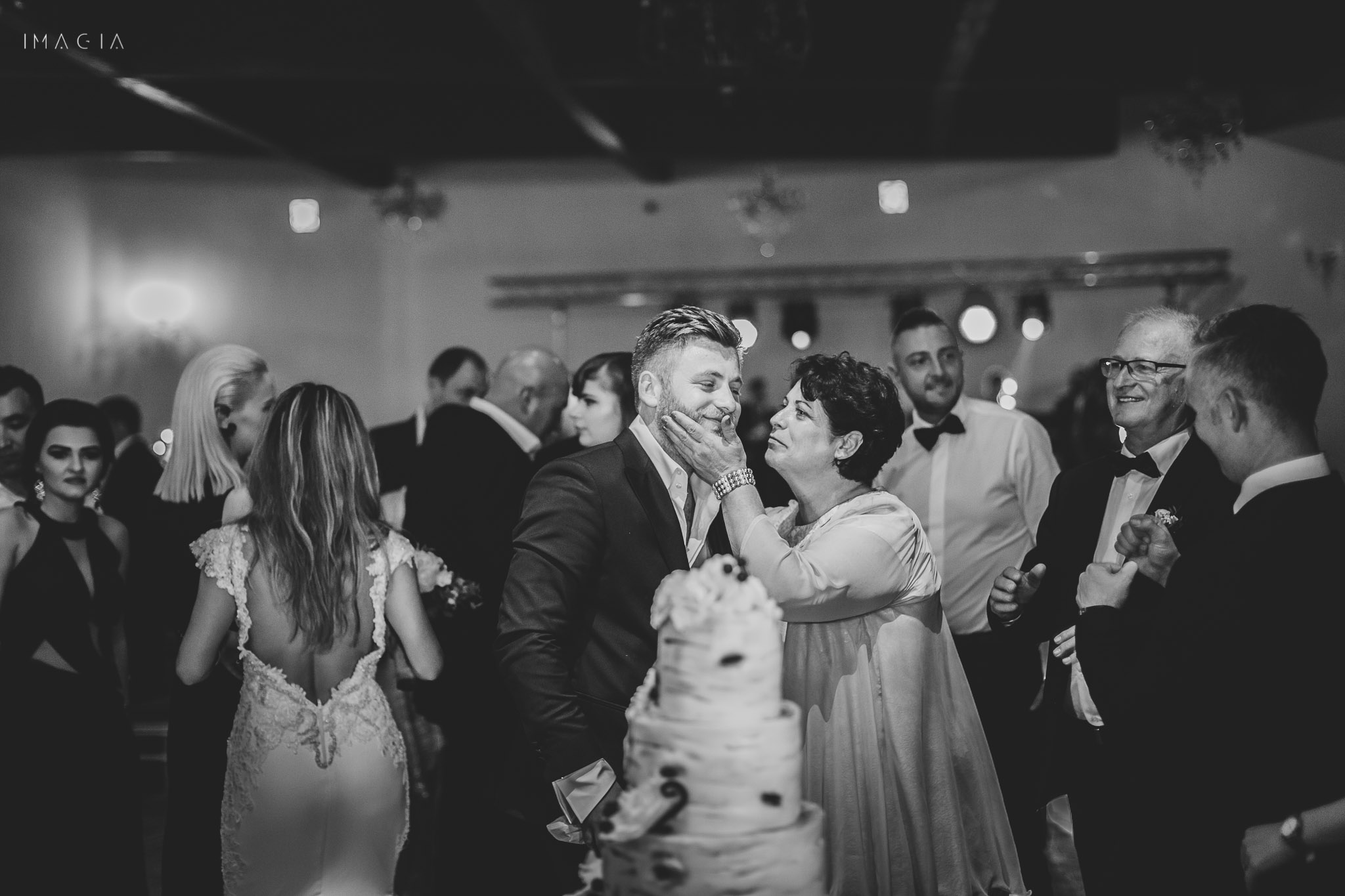 Mama și fiul la tăierea tortului la nuntă la Sun Garden în Cluj-Napoca