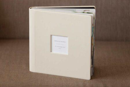 Album foto de nuntă cu coperta din piele de culoare bej crem