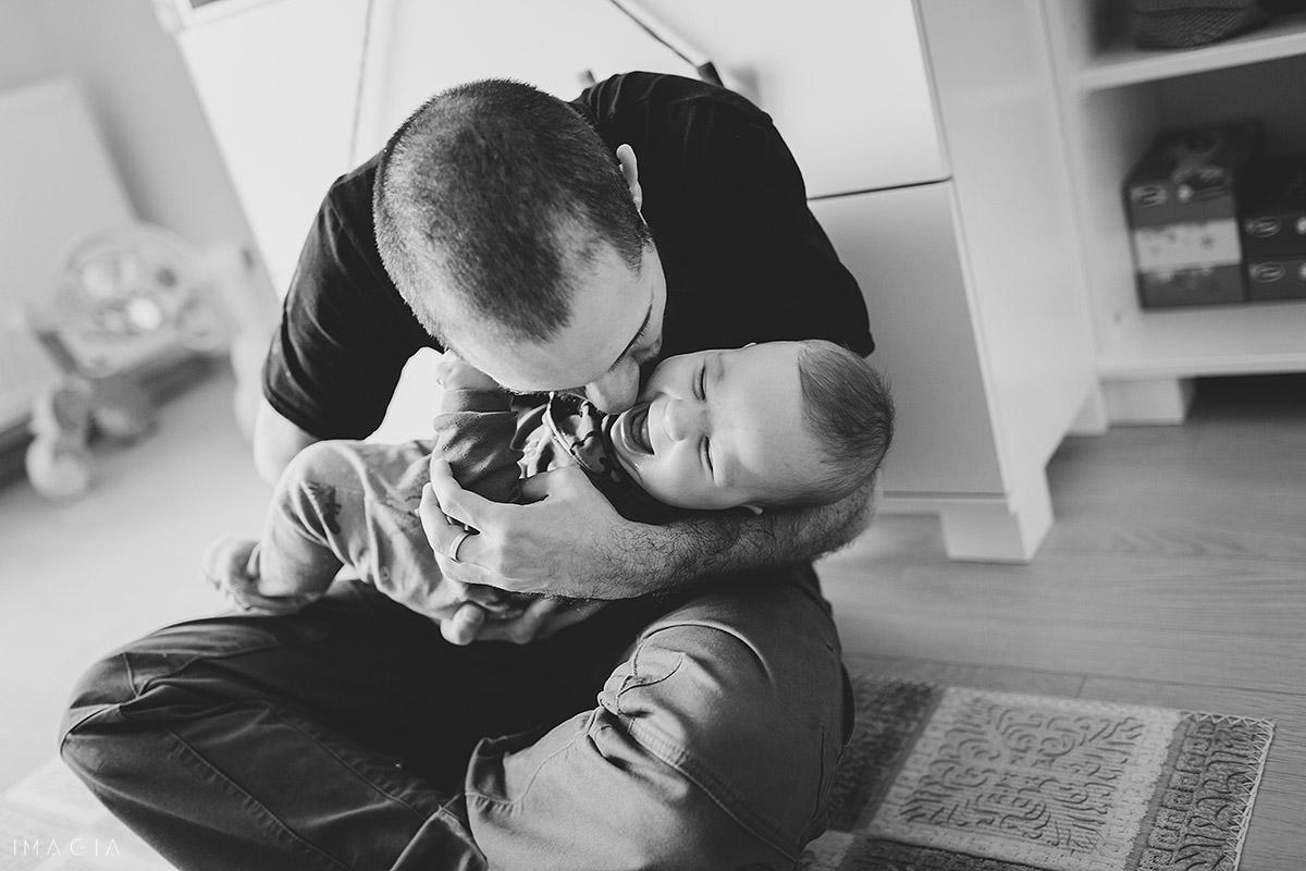 Tata se joacă cu copiul la ședința foto în Cluj-Napoca