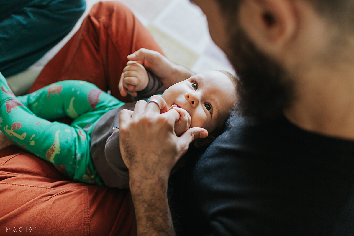 Copil se uită la tată la ședinăa foto de familie în Cluj-Napoca