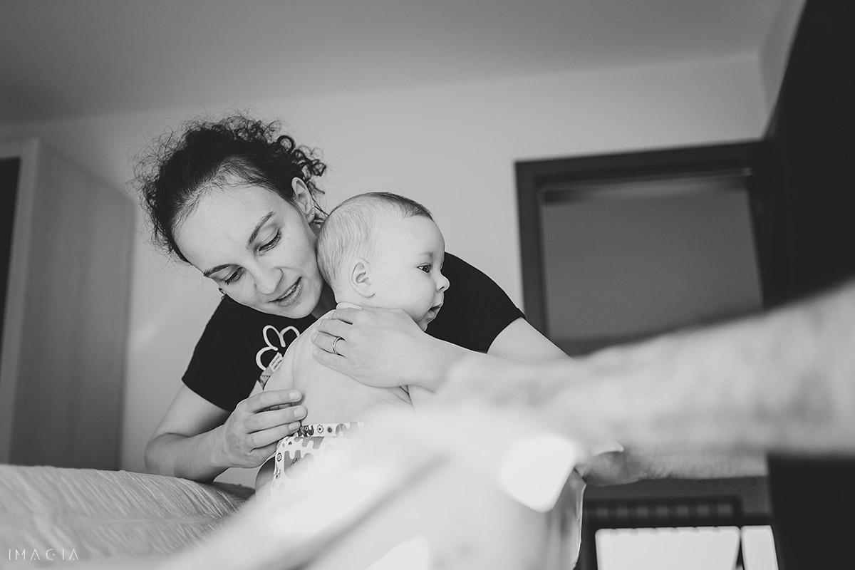 Mama pune copilul în pătuț