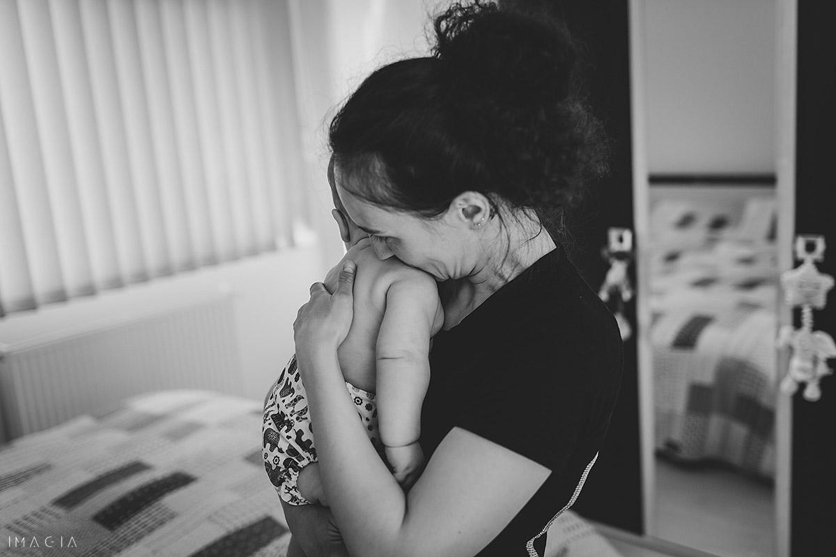Mama cu bebelușul în brațe