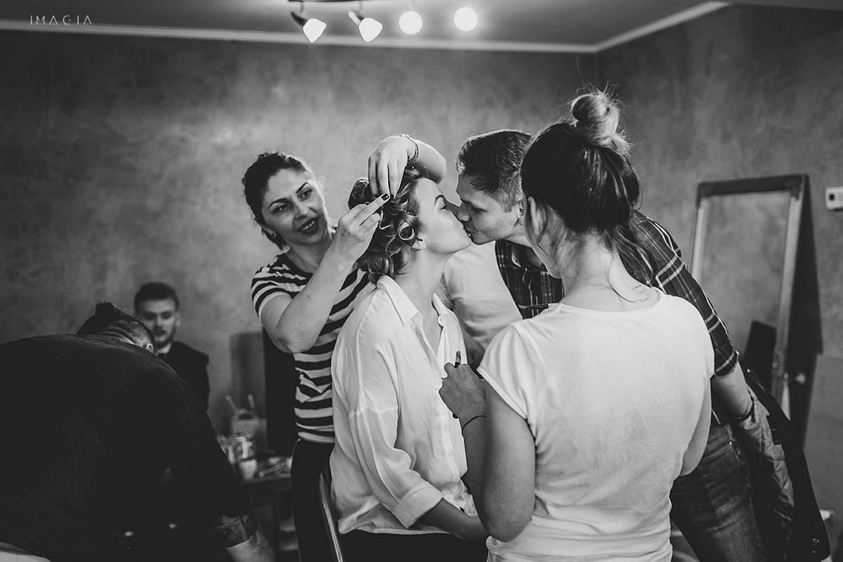 Mireasă la coafor în ziua nunții