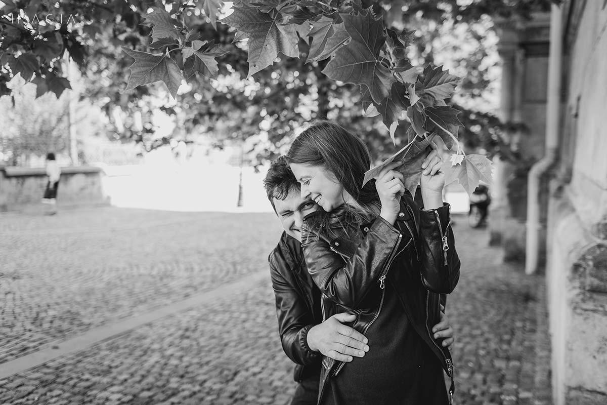Fotografie alb negru dintr-o sedinta foto inainte de nunta in Bucuresti