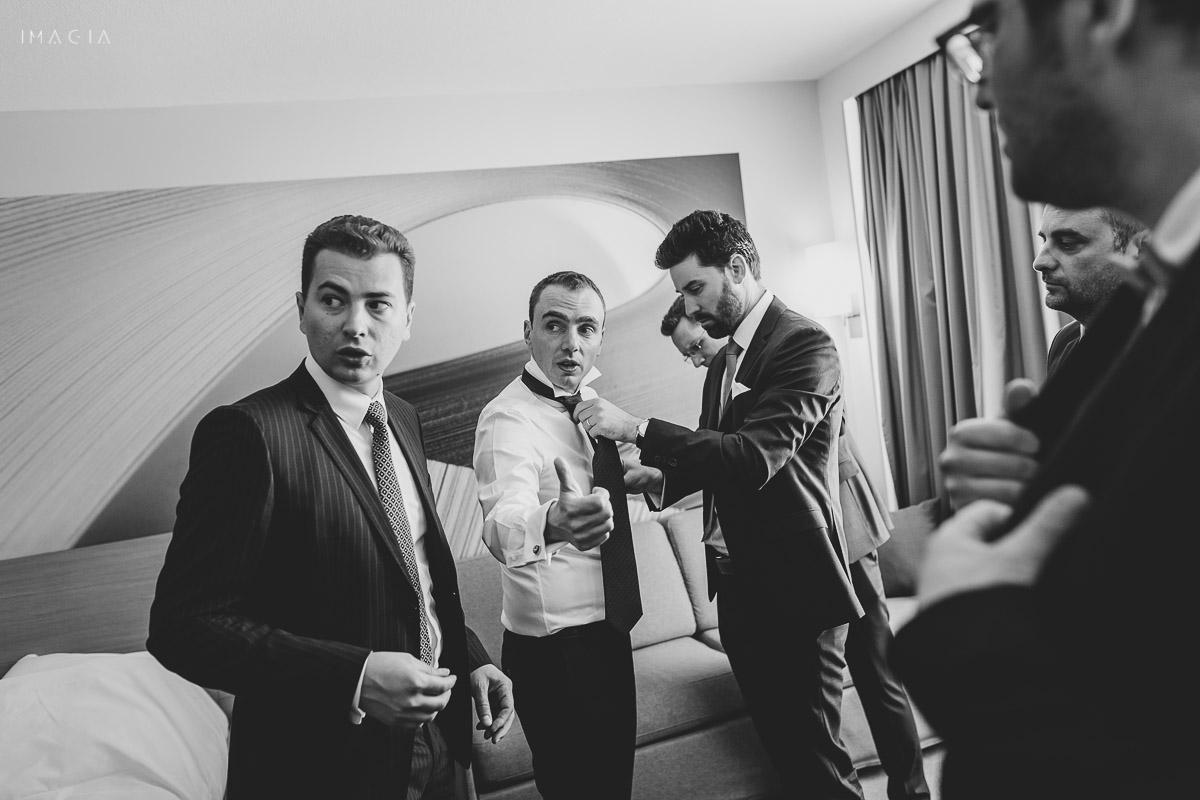 Pregătirile mirelui la o nuntă în București la Hotel Novotel