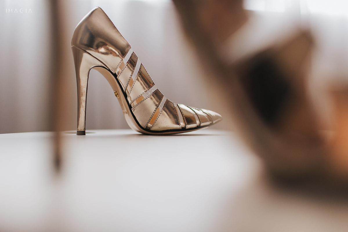 Pantofi de mireasă, fotografiați la o nuntă în București în Hotelul Novotel