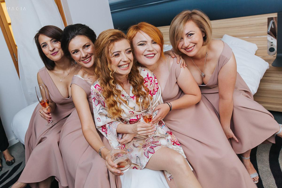 Mireasă și domnișoarele de onoare la o nuntă în București, la Hotel Novotel