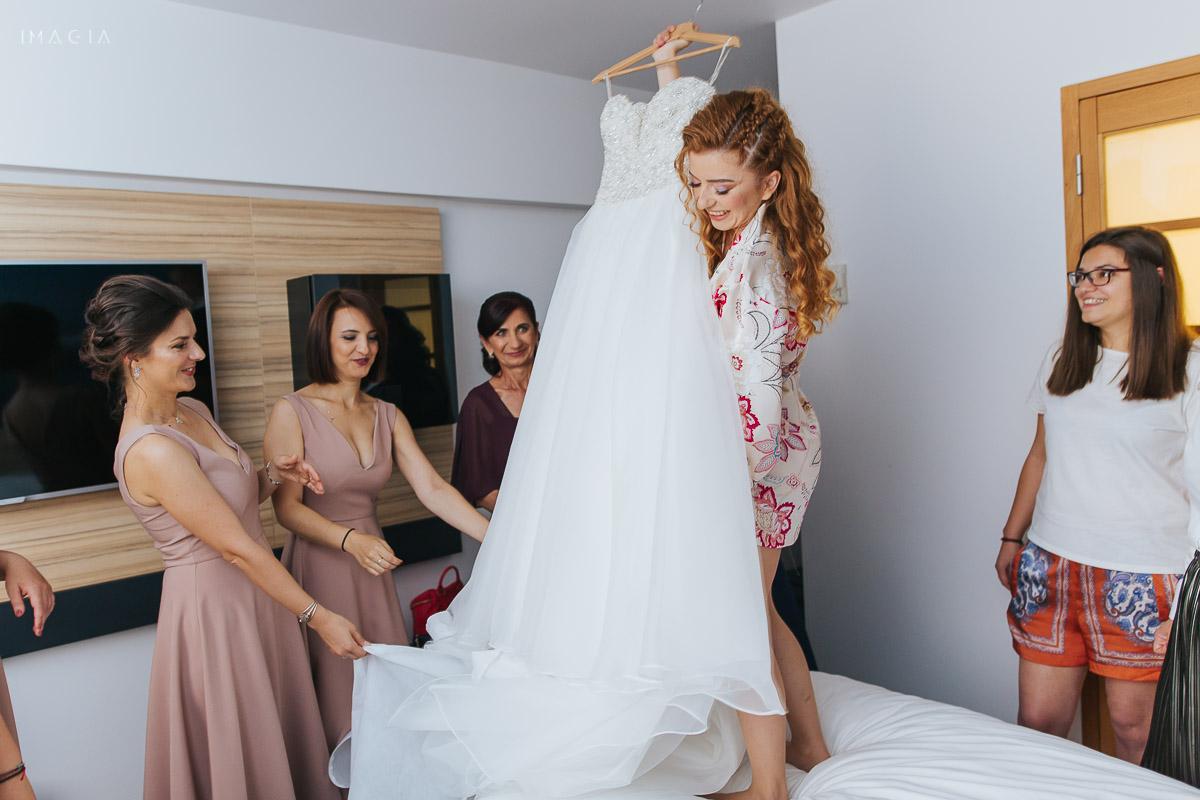 Fotografie cu mireasa și rochia ei în ziua nunții