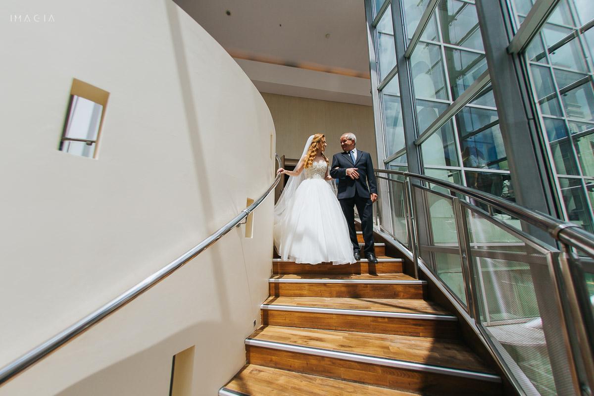 Mireasa și tatăl ei coborând scările la Hotelul Novotel