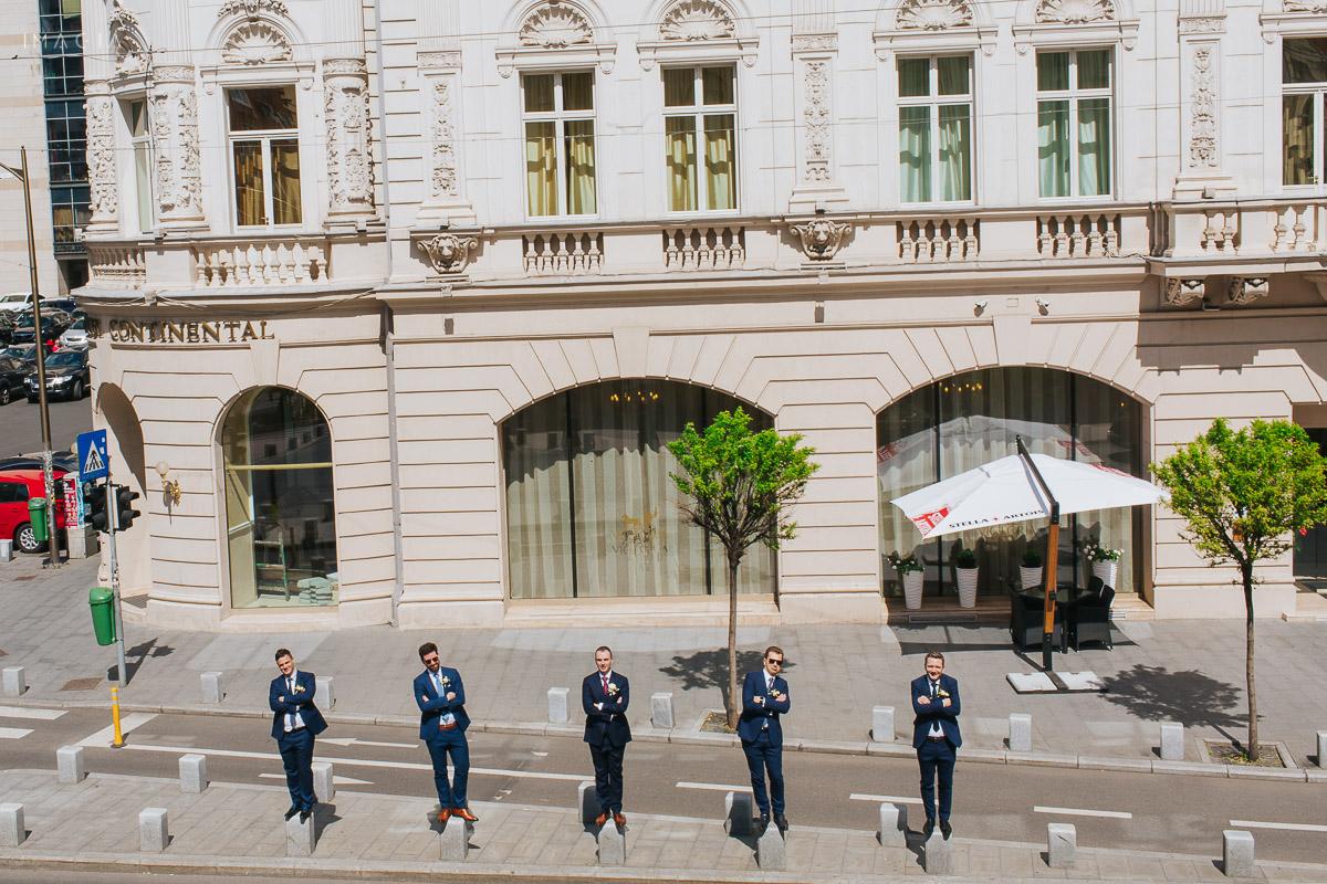 Fotografie cu mire și cavaleri de onoare, la o nuntă în București, fotografiată de imagia.ro