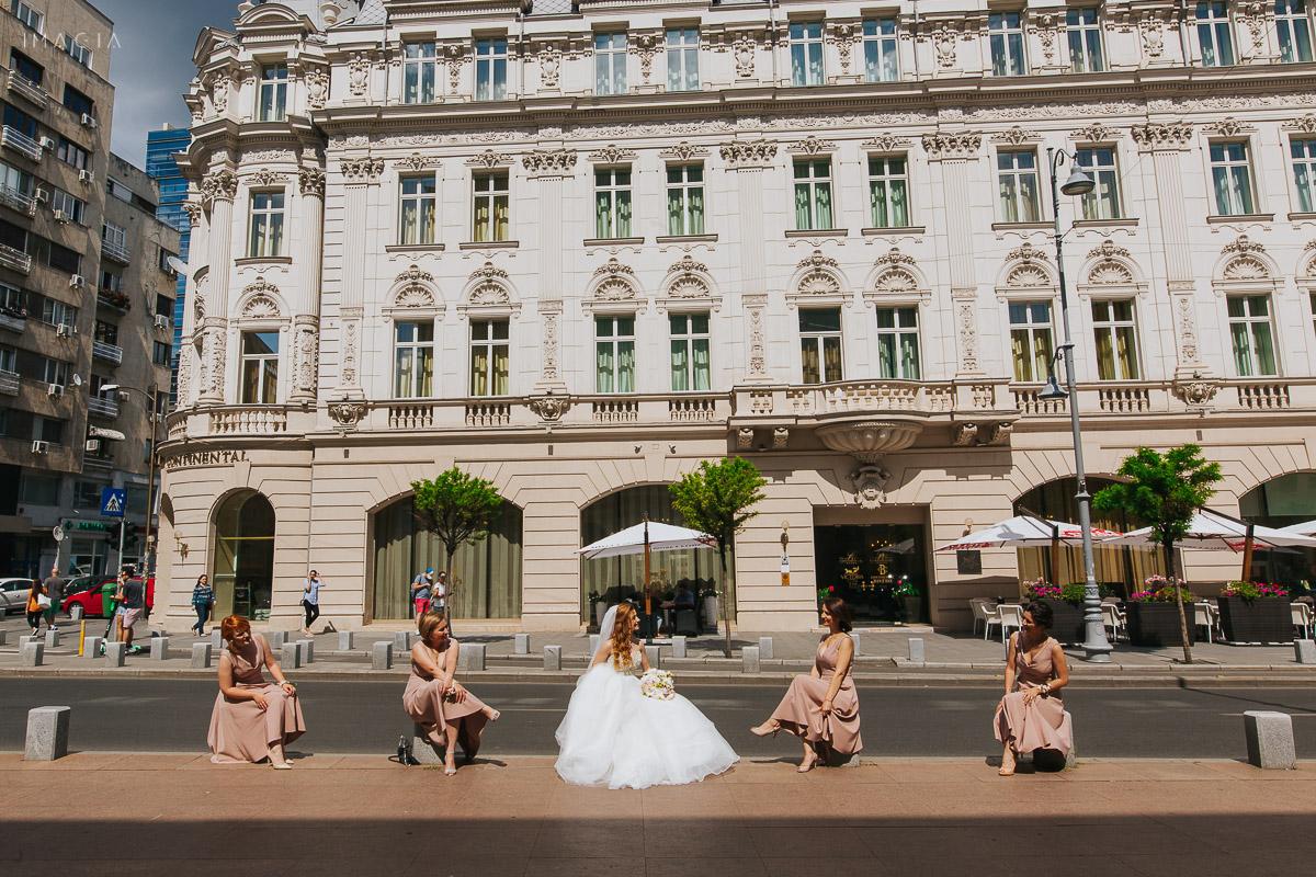 Mireasa și domnișoarele de onoare la ședința foto din ziua nunții în București pe Calea Victoriei