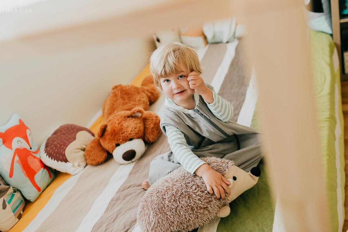 Copil și jucărie