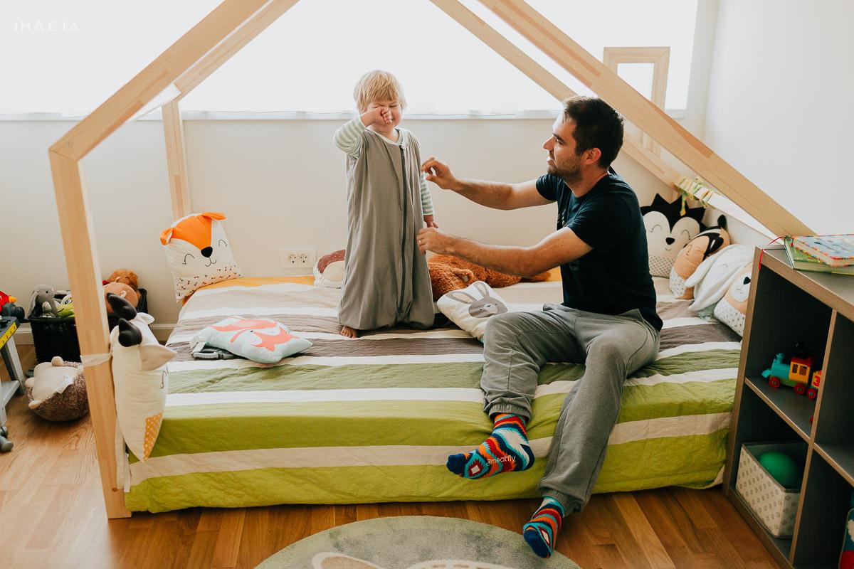 Tata îmbracă copilul pentur culcare