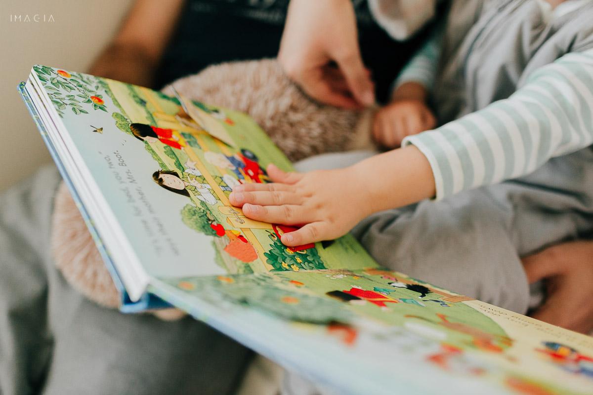 Copil citind o carte de povești