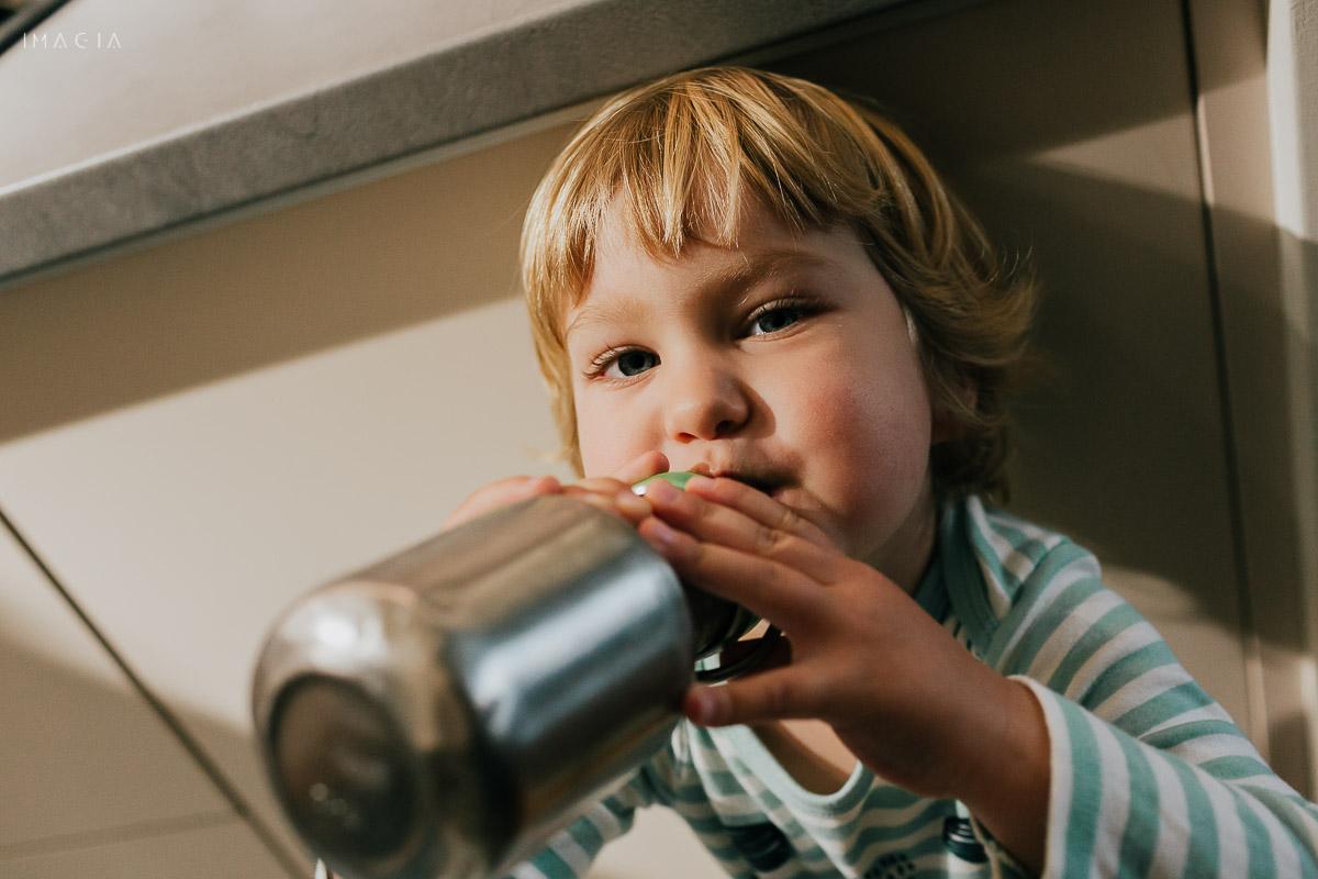 Copil care bea apă