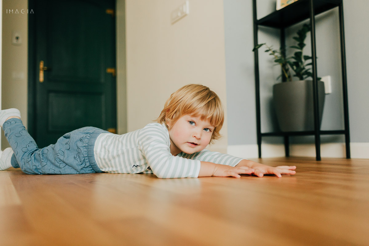Copil care stă pe jos