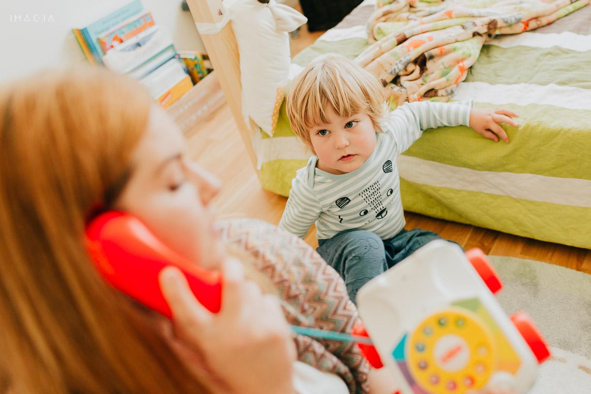 Mama la joacă cu copilul