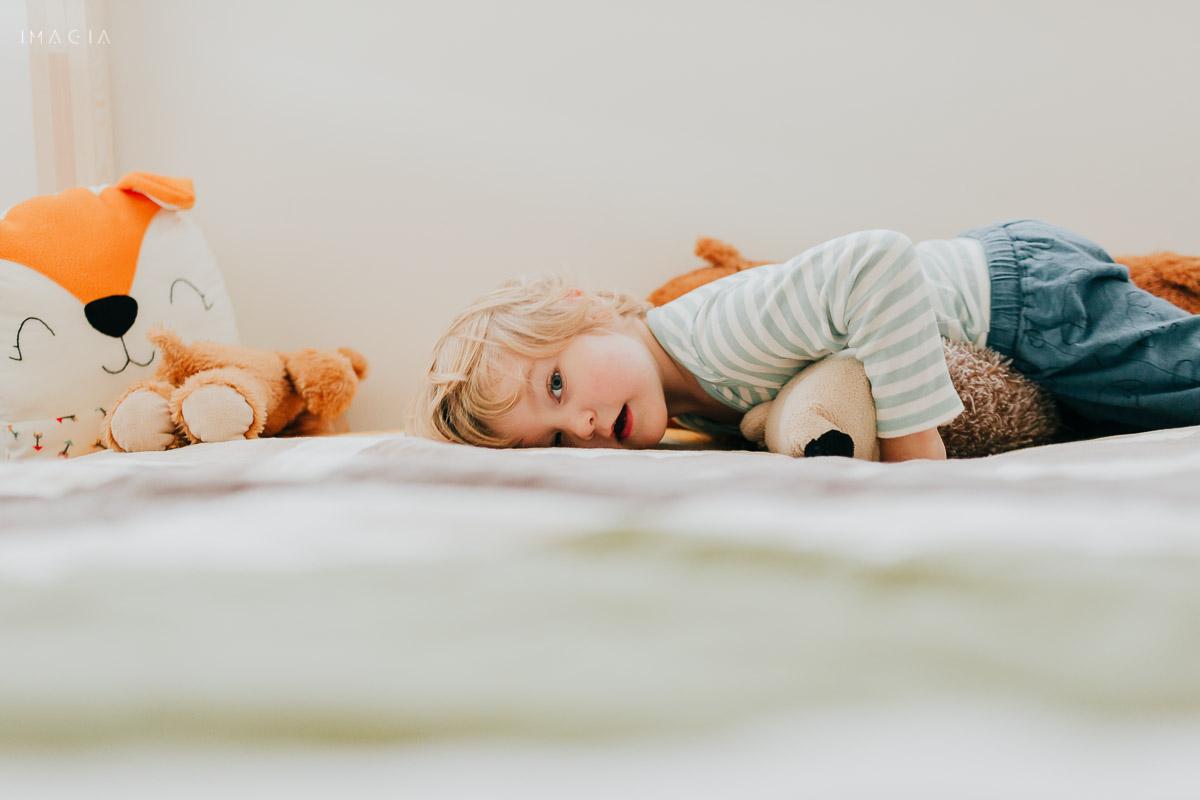 Copil întins pe pat