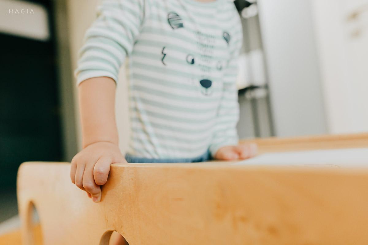 copil se sprijină în mâini