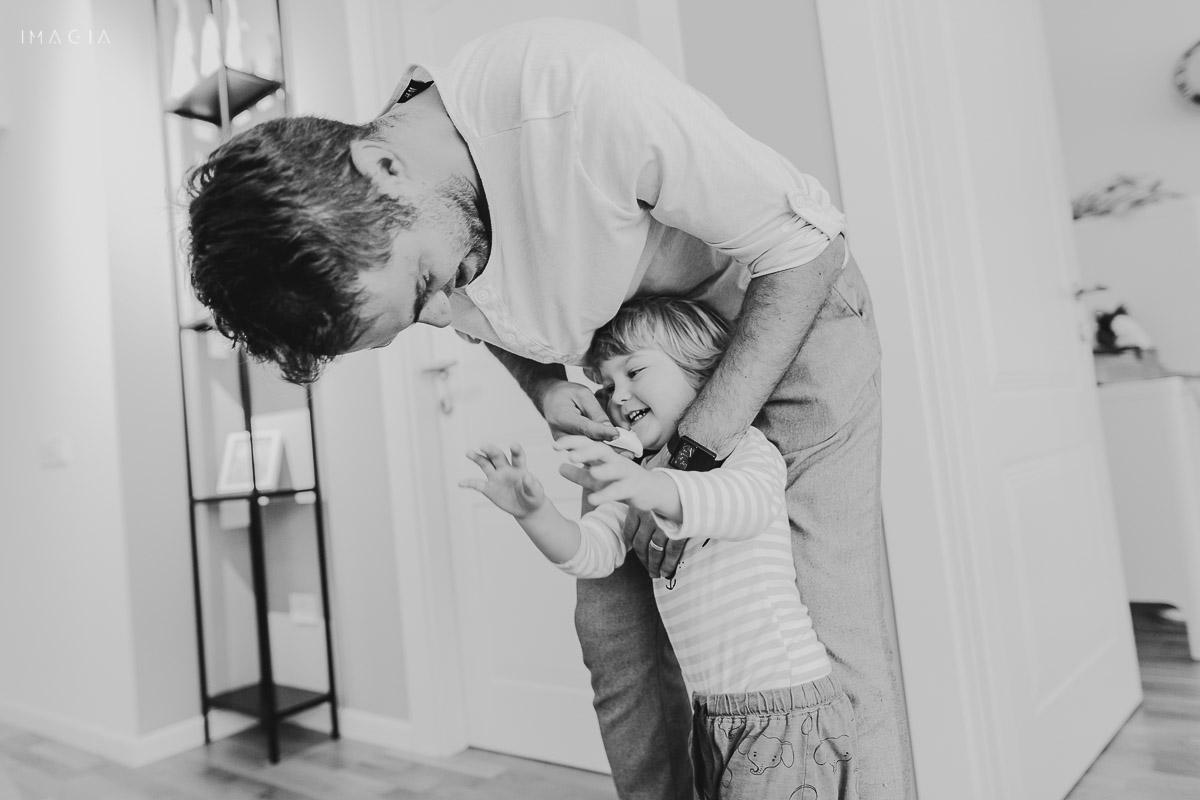 Tata se joacă cu copilul