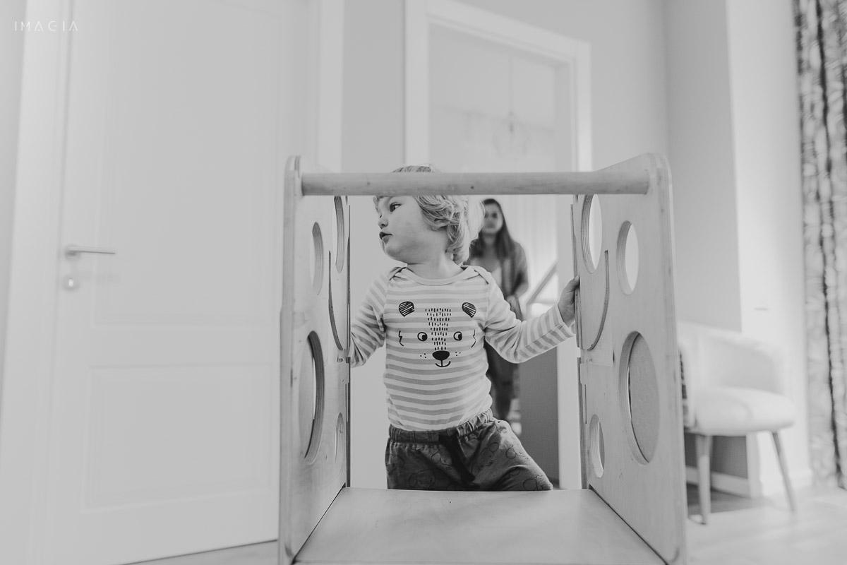 Copil la joacă în casă