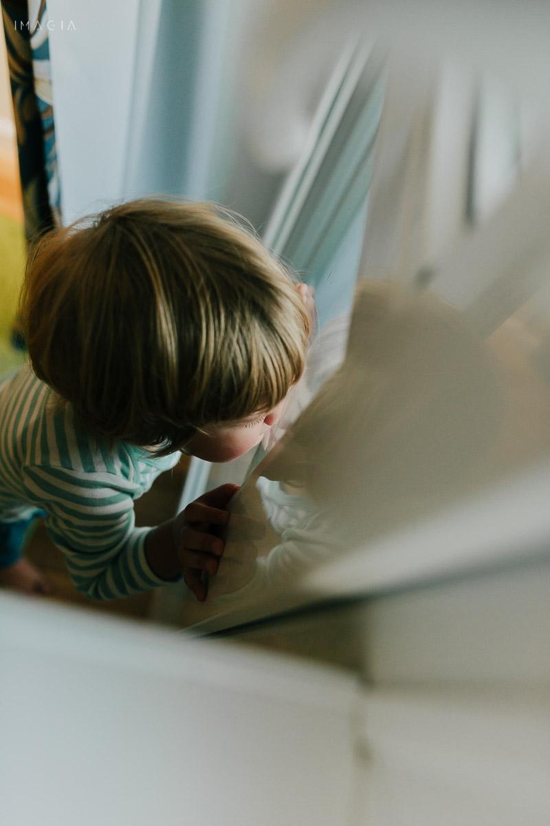 Copil uitându-se pe fereastră