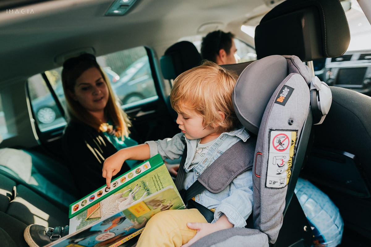 Copil în scaunul auto