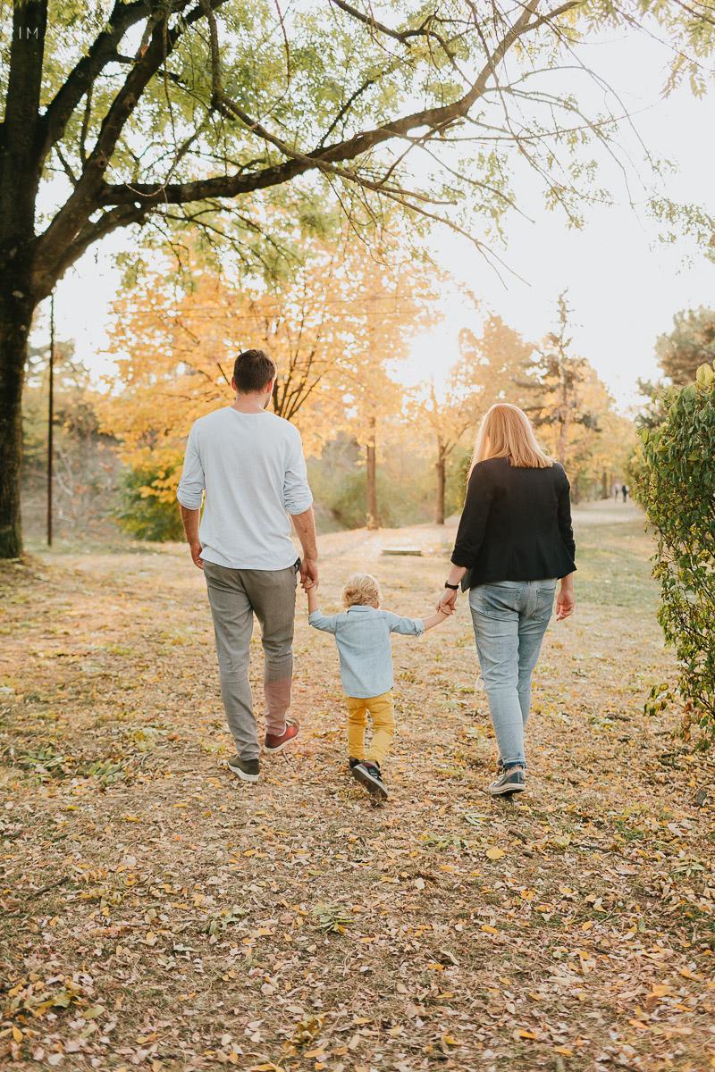 Familie la plimbare toamna